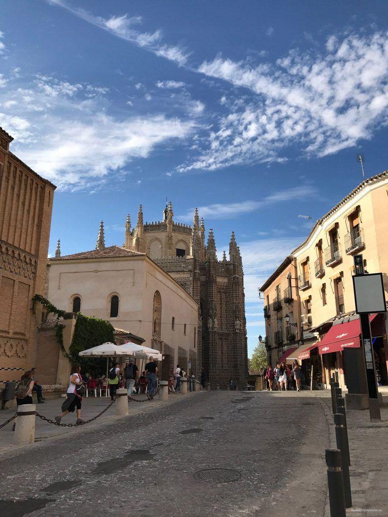 Judería en Toledo, al fondo San Juan de los Reyes