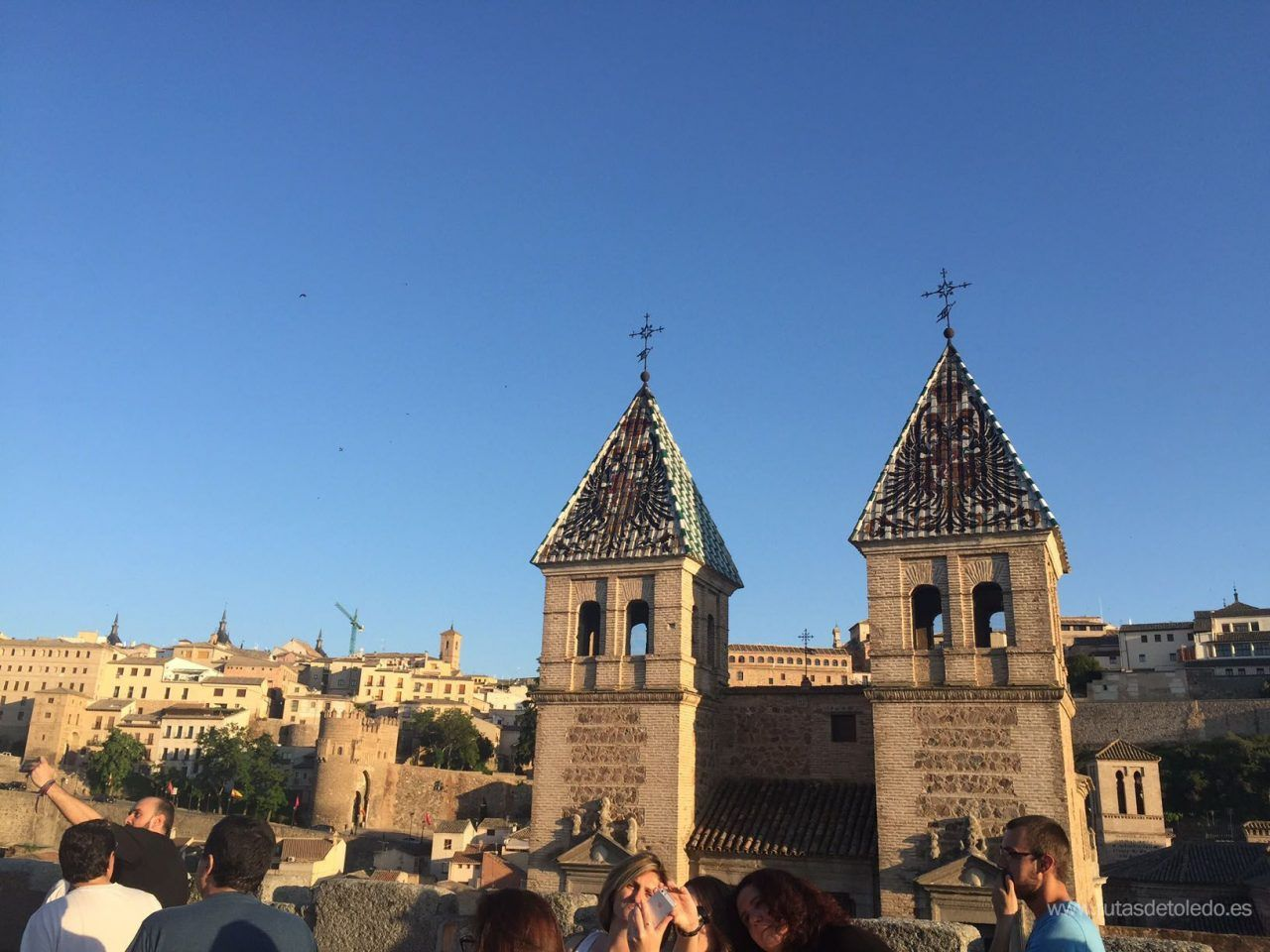Desde lo alto, en la Puerta de Bisagra de Toledo