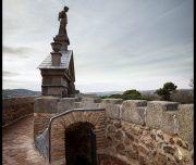 Sobre uno de los torreones de la Puerta de Bisagra