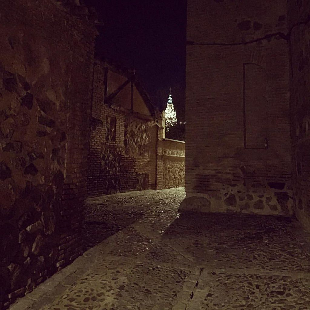 Calle oscura y solitaria en Toledo