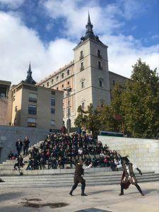 Un colegio asiste a una representación teatral en una visita guiada en Toledo