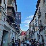 """Busca la banderola """"Rutas de Toledo"""" detrás de la Catedral"""